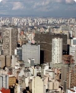 """""""Ter usado São Paulo no meu último romance tem a ver com o fato de ter passado grande parte da minha vida aqui. É a cidade onde eu me sinto mais em casa"""", revela a autora."""